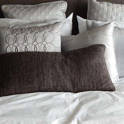 Viele Kissenbezüge auf dem Bett